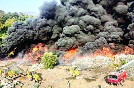 बिरला टैक्सटाइल उद्योग के रॉ मटीरियल यार्ड में  भीषण आग लगने से करोड़ों की कीमत का कच्चा माल जलकर राख