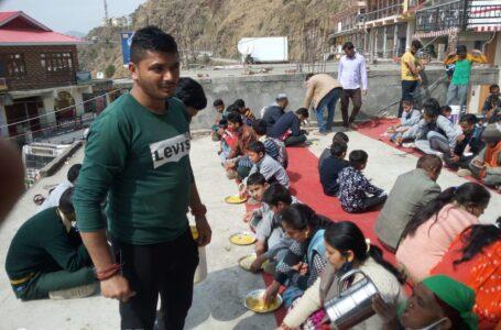 शिव मंदिर में आयोजित किया गया भंडारा ,सैकड़ों श्रद्धालुओं ने ग्रहण किया प्रसाद
