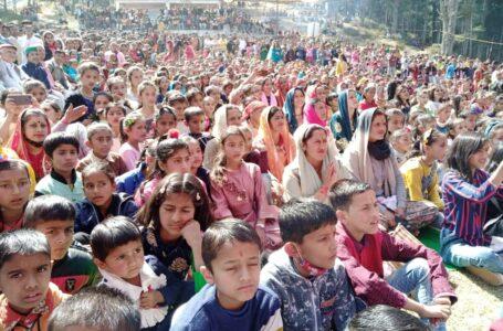"""शिलाई : महाशिवरात्रि पर्व पर गायक रेखा शर्मा ने """"घोटूं तेरी भंग रे भोले"""" भजन पर श्रधालुओं को झुमाया"""