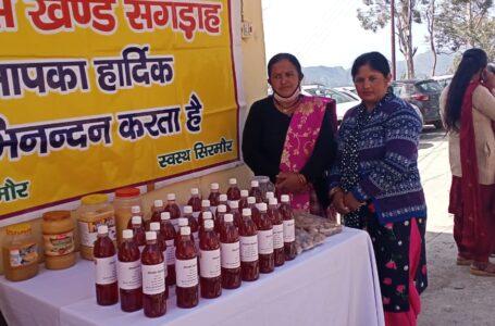 आजीविका का साधन बने बुरास के जंगल , घंडूरी की महिलाओं ने पहले दिन बेचा ₹4,000 का रोडो जूस व जैम